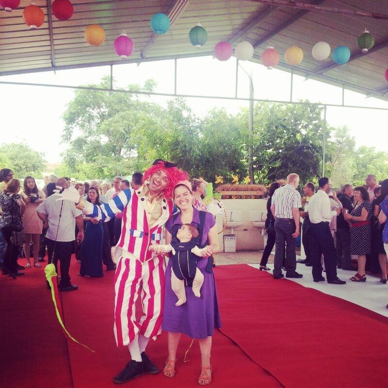 חתונת קונספט - יריד אמריקאי - אנשים שמחים עם מציגים