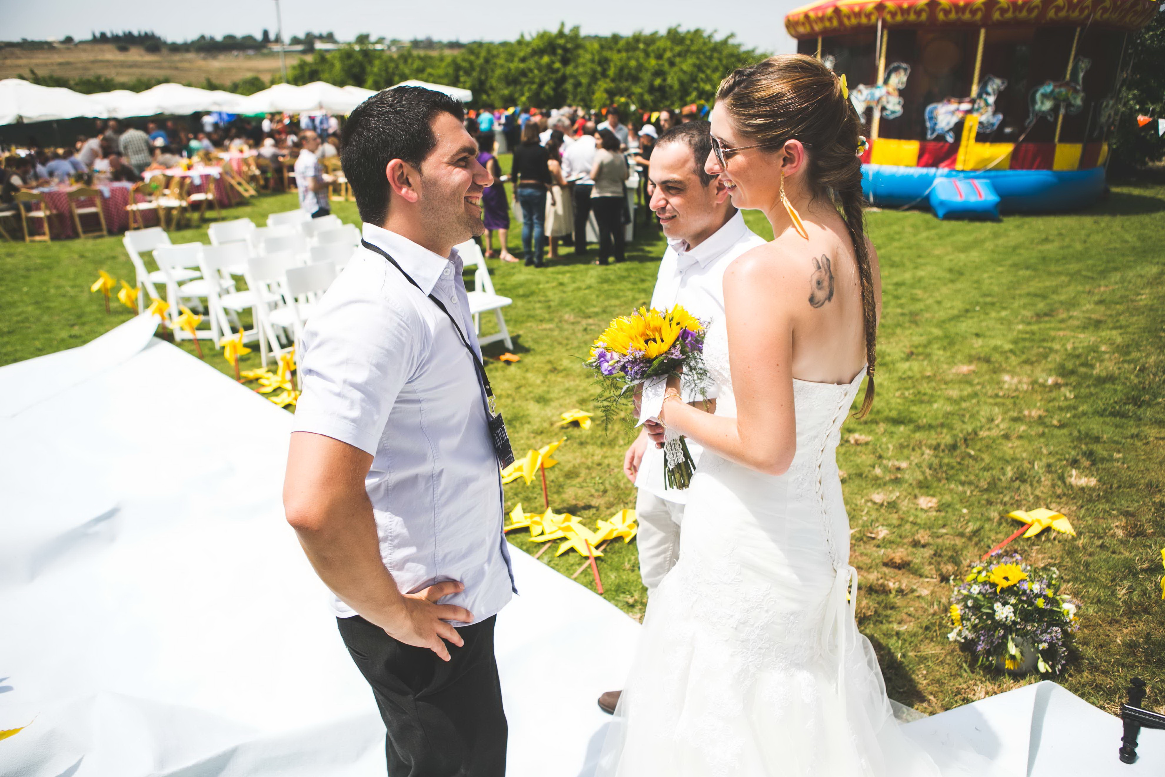 חתונת קונספט - יריד אמריקאי - מפיק עם חתן וכלה לפני חופה