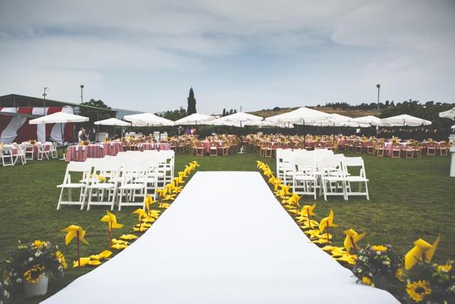 חתונת קונספט - יריד אמריקאי -עיצוב כניסה לחופה, שביל ומקומות ישיבה בצדדים
