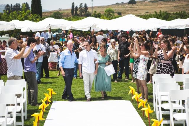 חתונת קונספט - יריד אמריקאי - הורי חתן מלווים את החתן בחופה