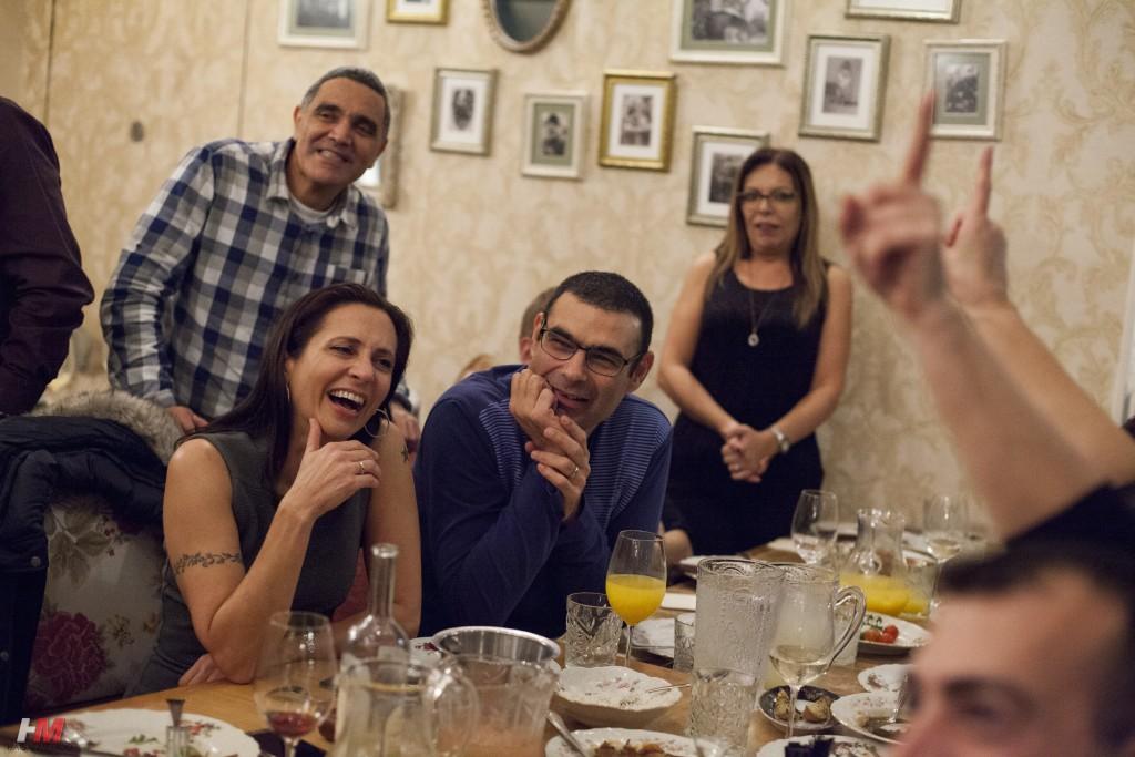 תמונת אוווירה - אנשים צוחקים סביב שולחן